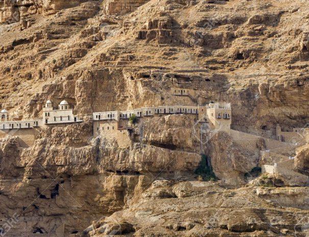 75221679-le-monastère-du-mont-de-la-tentation-à-jéricho-palestine-la-plus-ancienne-ville-de-la-terre (1)